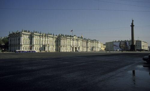 ФОТО: На Дворцовой площади Санкт-Петербурга установили гигантского ящера