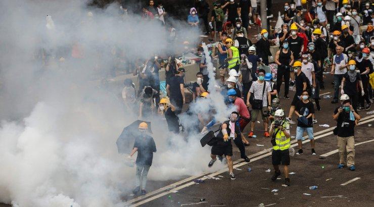 Hongkongi eilses vägivallas meeleavaldajate ja politsei vahel sai 72 inimest vigastada