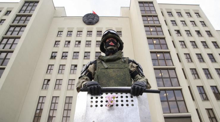 Перед зданием правительства в Минске мужчина совершил самоподжог