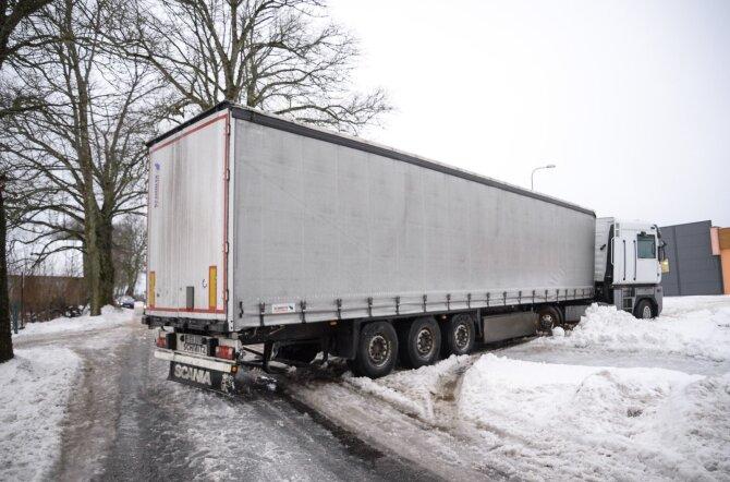 Leedu numbrimärkidega veok sulges Viljandimaal mõlemal suunal liikluse