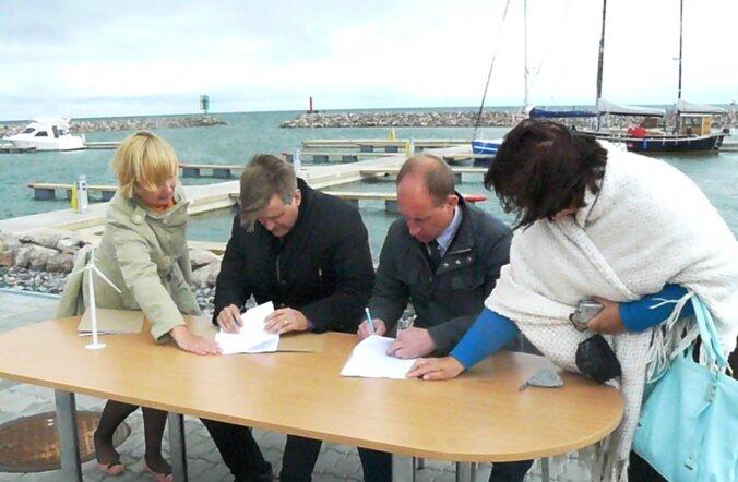Hiiu valla vallavanem Georg Linkov ja tuuleenergia tootja Nelja Energia ASi juhatuse esimees Martin Kruus ühiste kavatsuste protokolli Hiiu meretuulepargi rajamiseks