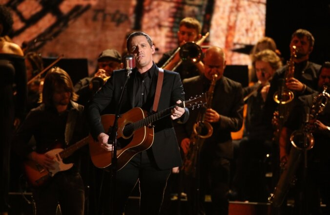 Sturgill Simpson esines koos The Dap-Kingsiga 59. Grammyde jagamiselLos Angeleses. Laur Joamets paistab vasakul, Sturgilli õla tagant.