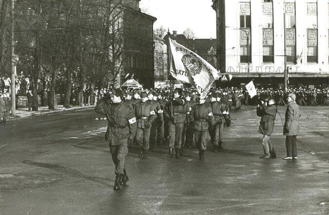 Meenutus: Eesti sai täna 25 aastat tagasi vabariigi aastapäeva paraadiks moodsad sidevahendid