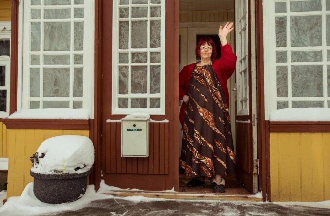 """Kirjanik Ave Alavainu oma Hiiumaa kodus. """"Eesti keel on minu tööriist. Samal ajal on emakeel ka mu lemmikmänguasi,"""" ütleb ta."""