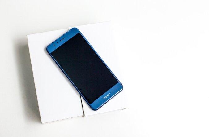 Honor 8 karp on stiilne, selles on sahtlid ning telefon seisab küljel püsti nagu sepikuviil röstris.