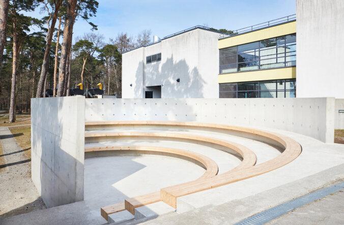 Rocca al Mare koolis avati amfiteatrikujuline betoonist õueklass