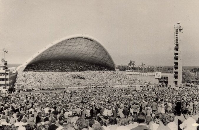 Uue ilmega lauluväljakul, moodsa laulukaare all toimus esimesena üldlaulupidu 1960. aastal.