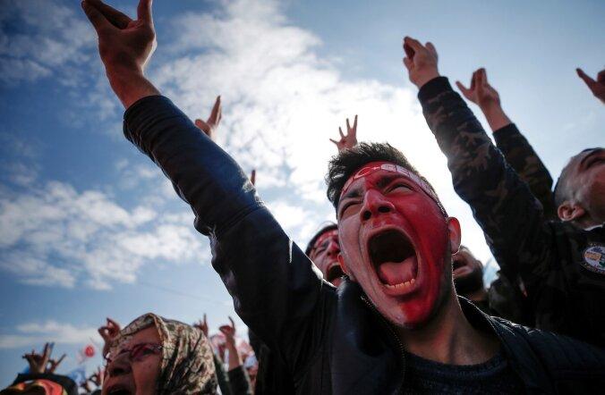 Uue põhiseaduse toetajad pühapäeval Istanbulis toimunud kihutuskoosolekul
