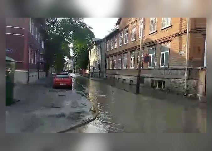 VIDEO | Tööstuse tänaval uputab, liiklus suunatakse veeavarii tõttu ümber