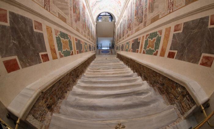 """ФОТО: В Риме впервые за 300 лет открыли """"лестницу Иисуса"""""""