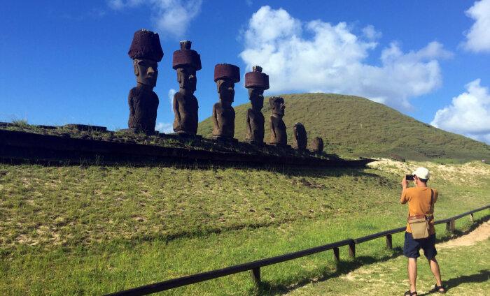 """Любителей селфи обвинили в """"неуважительных"""" позах со статуями на острове Пасхи"""