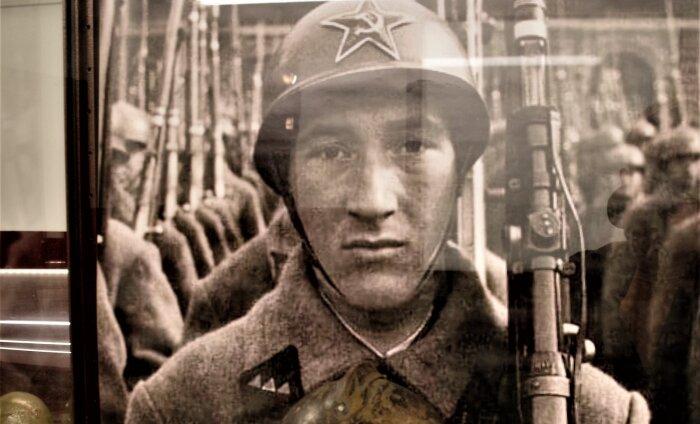 MILITAARTURISMI PÄRLEID   20. sajandi kiivrite näitus KGB kongide muuseumis Tartus
