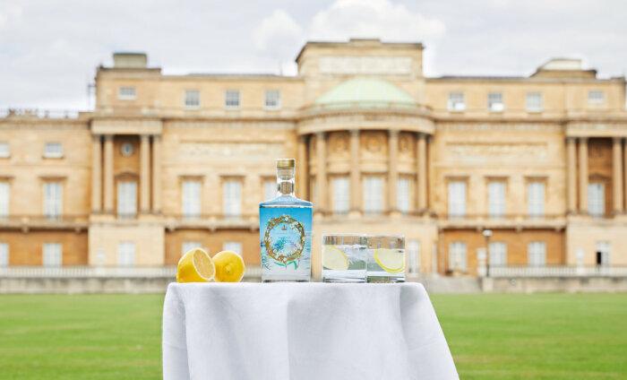 Букингемский дворец начал продавать королевский джин на фоне падения доходов от туризма