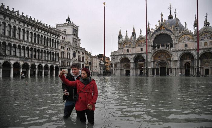 ВИДЕО: Турист в Венеции чуть не утонул в канале, делая селфи