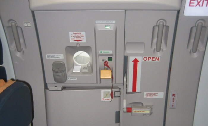Mis juhtub, kui lennu ajal välisuks avada? Tualeti- ja salongiukse segi ajanud reisija sai teada