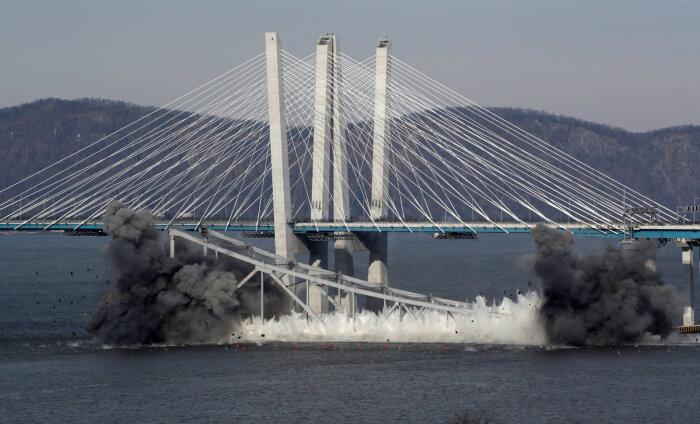 В Нью-Йорке взорвали легендарный мост через реку Гудзон