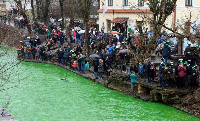 ВИДЕО: Зачем в Вильнюсе окрасили реку в зеленый цвет