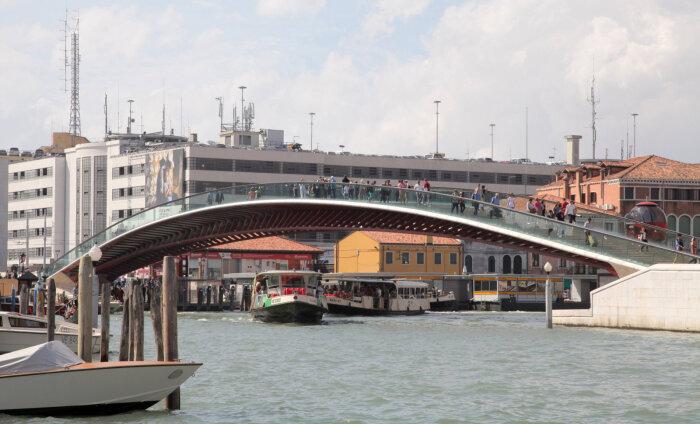 В Венеции оштрафовали архитектора. Его мост не выдержал толп туристов