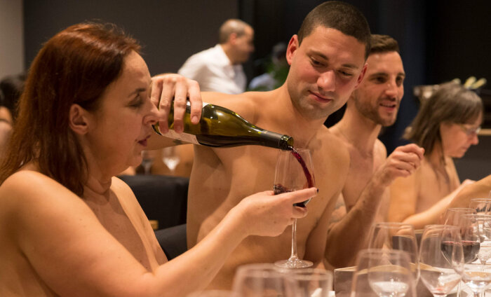 В Париже решили закрыть ресторан для нудистов. Причина — плохая посещаемость