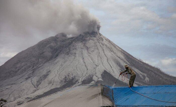 В Индонезии проснулся вулкан и выбросил в воздух огромный столб пыли