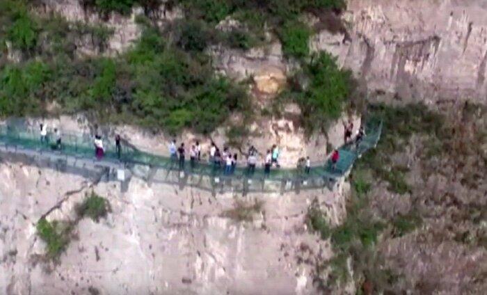 Paanika Hiina klaas-sillal: turistid avastasid klaaspaneelidest praod
