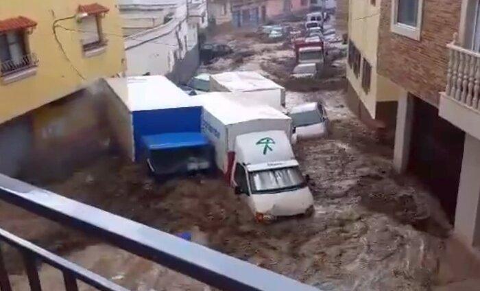 VIDEOD: tulvaveed kannavad autosid mööda tänavaid alla, Lõuna-Hispaania ägab üleujutuste käes