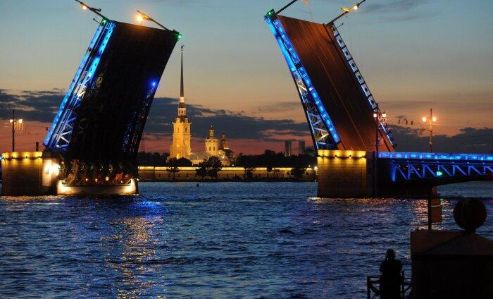 ВИДЕО | Потрясающее зрелище: в Санкт-Петербурге развели Дворцовый мост под арию из оперы