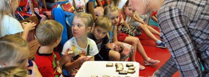 Evelin Ilves Mesimummi lasteaias leiba tegemas