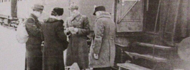 Ümberasujate dokumentide kontrollimine Tallinna raudteejaamas. See on ainus teadaolev foto 1941. aasta järelümberasumise kohta Eestis.