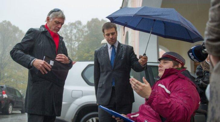 Jüri Ratas võttis toona riigikogu aseesemehena vastu Sven Kõllametsa kõigi puuetega inimeste organisatsioonide nimel allkirjastatud petitsiooni 2014. aasta sügisel töövõimereformi muutmiseks.