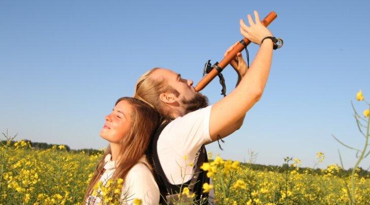 Maailmarändurid Tom Valsberg ja Jane Kruus õhutavad eestlasi laulma ning annavad välja eestikeelse väelaulude albumi
