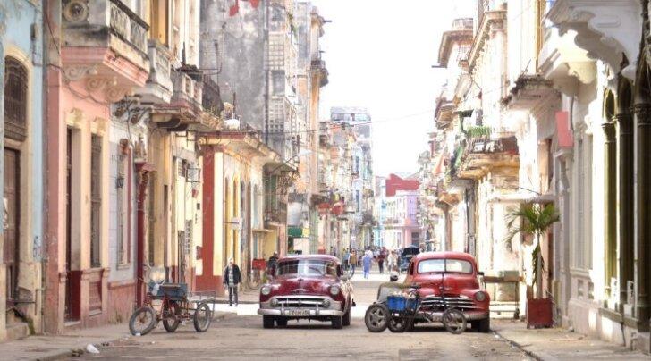 Havanna tänavatel sõidavad peamiselt vanad Ameerika autod, Vene Žigulid ja sekka mõned odavad uued Hiina autod. Aga Euroopa ja USA linnadega võrreldes on autosid väga vähe.