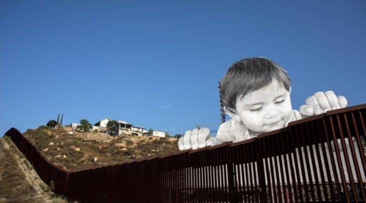 На границе США и Мексики установили 20-метровый портрет ребенка