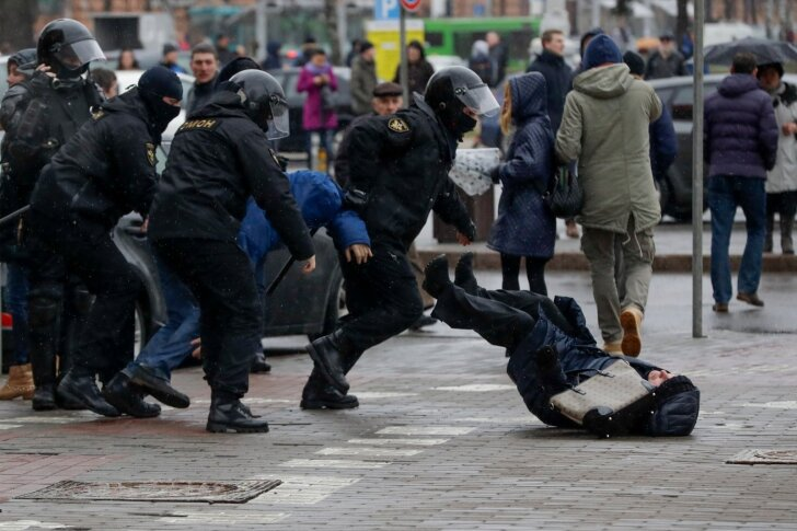 Armu ei antud kellelegi. Fotol on OMON-i mehed ühe naise kinnipidamiseks pikali löönud.