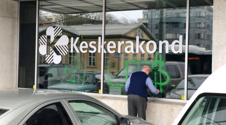 FOTOD | Keskerakonna büroo akendele soditi haakristid ja kirjutati roppusi