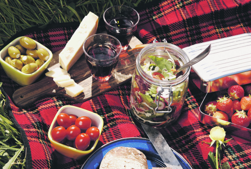 Mida panna piknikukorvi: Kuus ideaalset ja kiirelt valmivat toitu, mis muudavad pikniku gurmee-eineks