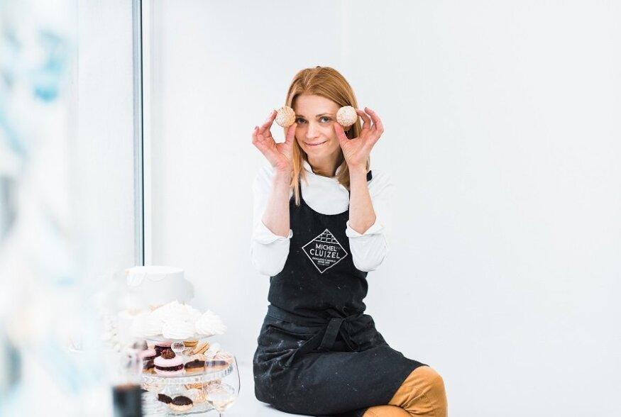 """Eesti aasta parimaks kokaraamatuks nimetati kondiiter Kertu Lukase magusaraamat """"Suhkruingli magusad lauad"""""""