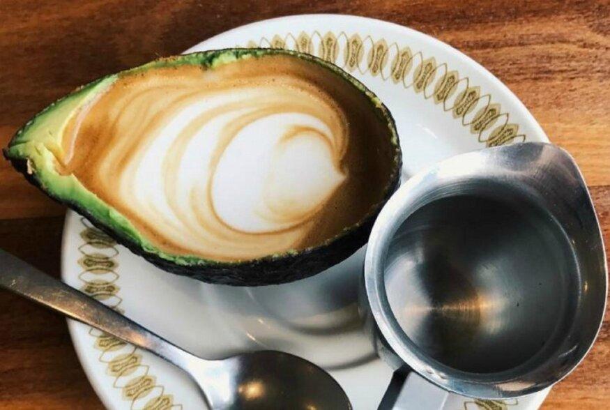 FOTOD: Hipsterid on tagasi! Kuulsat piimakohvi ehk  lattet  on hakatud jooma avokaadokoore seest