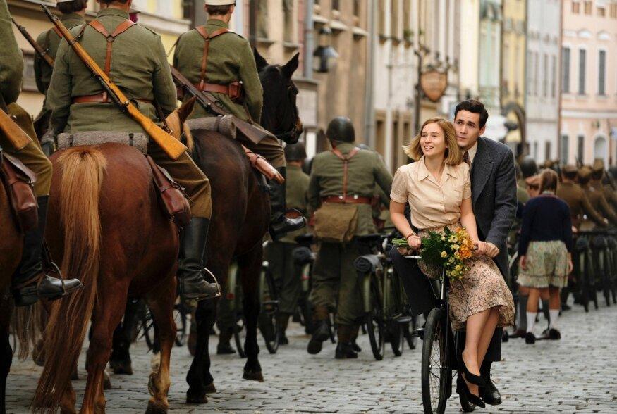 """Helen Hunt alustab sel pühapäeval uues draamasarjas """"Maailm leekides"""""""