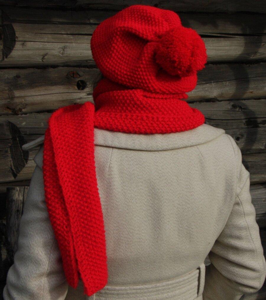 13b743c498f Punane sall ja müts sobivad hästi nii heleda kui ka tumeda palitu juurde.
