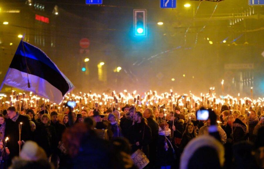 Тысячи националистов устроили факельное шествие на дорогах Риги