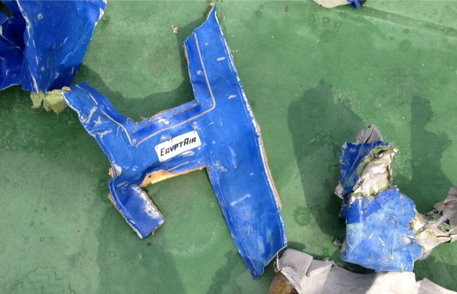 Французские следователи отыскали следы тротила наобломках рухнувшего лайнера EgyptAir
