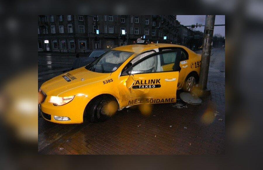 ФОТО: В центре Таллинна такси фирмы Tallink столкнулось с автомобилем - Delfi