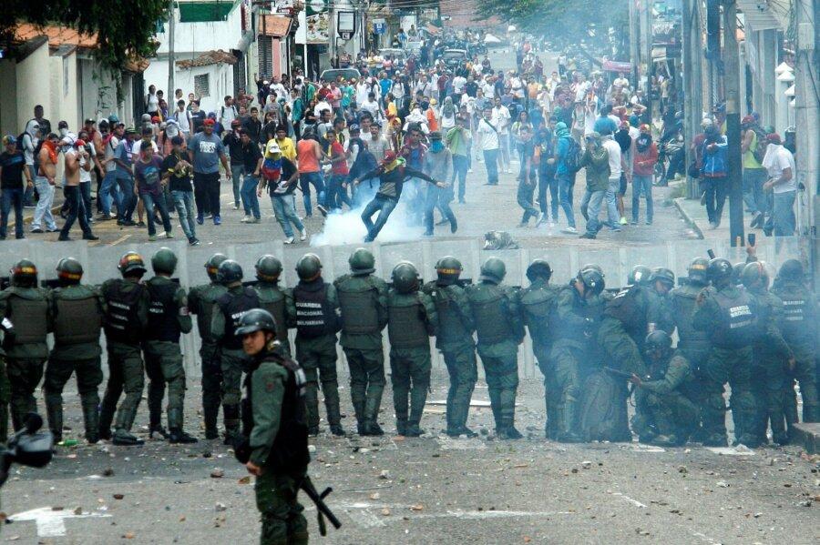 Картинки по запросу беспорядки в венесуэле