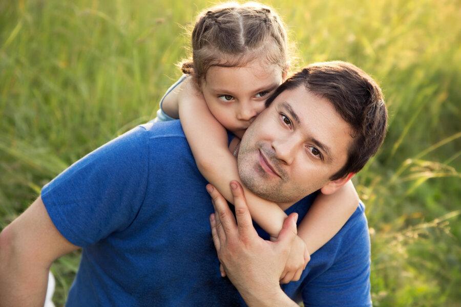 Отец с дочкой пока мама не видит