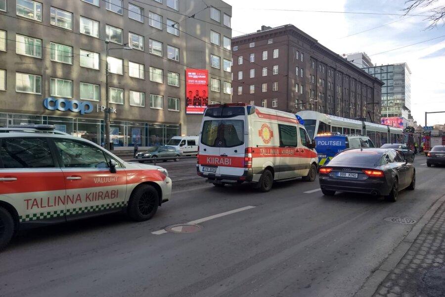 VIDEO ja FOTO | Tallinnas Narva maanteel oli trammiliiklus takistatud, kahtlustati tulekahju
