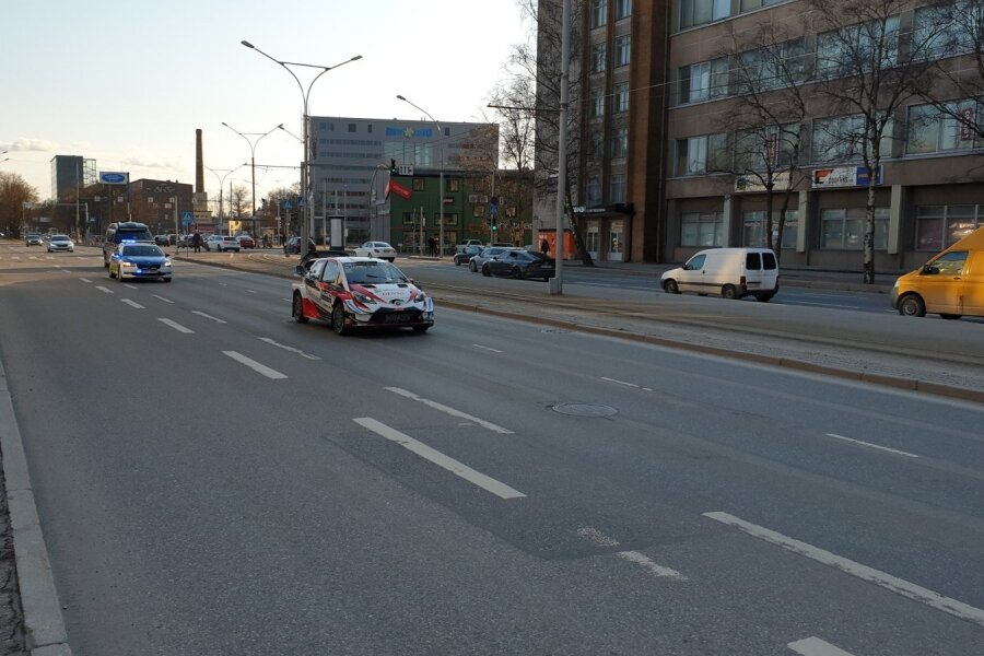 Ott Tänak ja Martin Järveoja sõitmas läbi linna.
