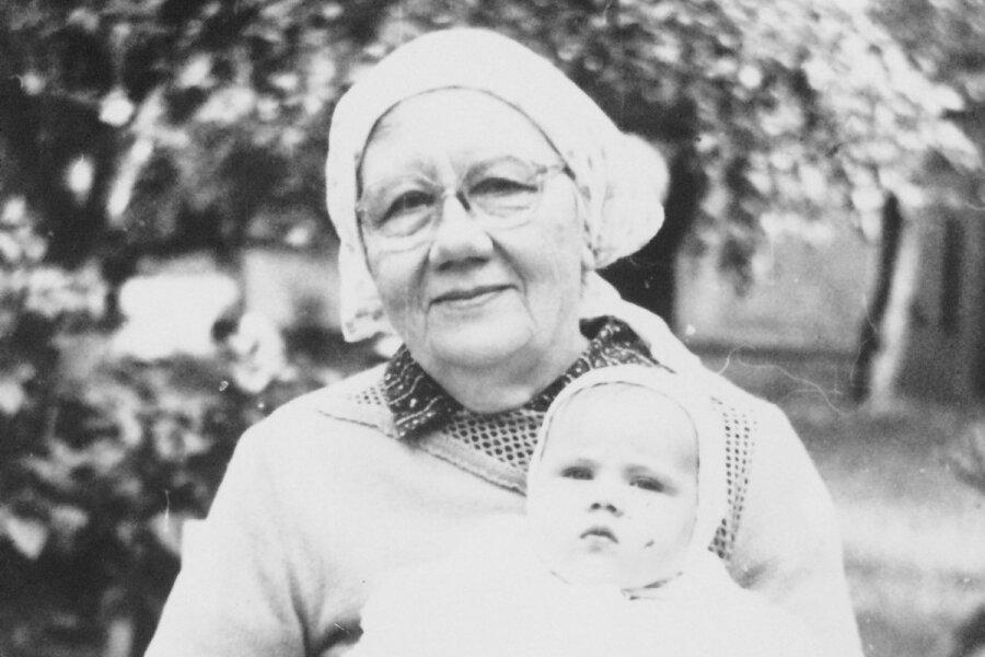 Anne-Mai on oma vanaema süles, aasta 1989