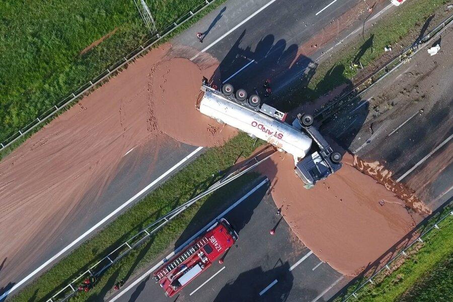FOTOD ja VIDEO | Poolas kattis ümber läinud veok kiirtee vedela šokolaadiga
