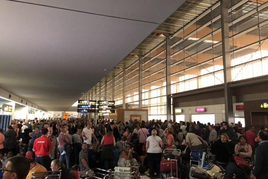 Lennujaam on inimesi puupüsti täis.